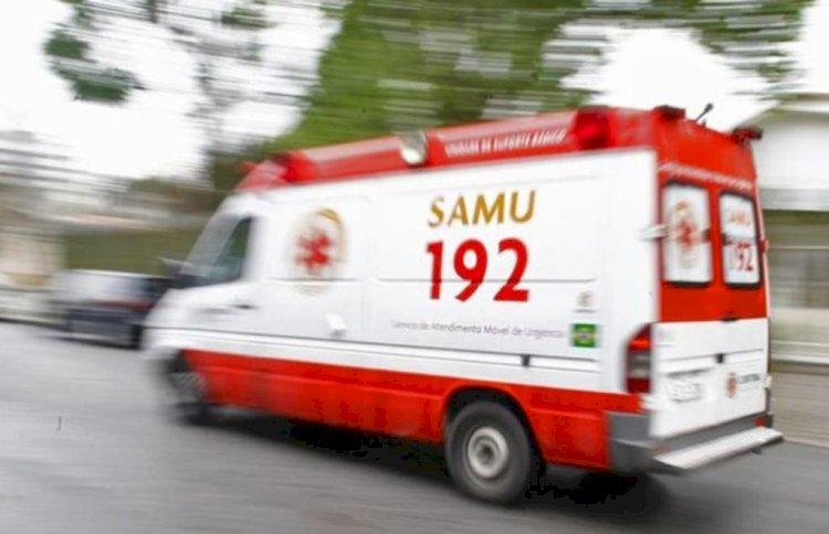 Duas pessoas que estavam em moto ficam feridas após batida com caminhão em Fazenda Grande do Retiro.