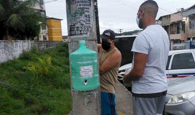 Moradores do Colina Azul colocam  galões de água e sabão nas ruas do conjunto, para conter o COVID-19.