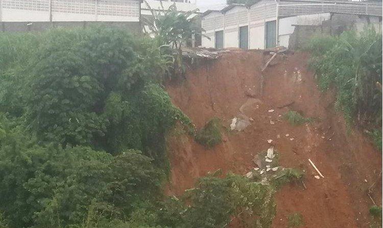 Moradores flagram novo deslizamento de terra perto do Maxxi Atacado.