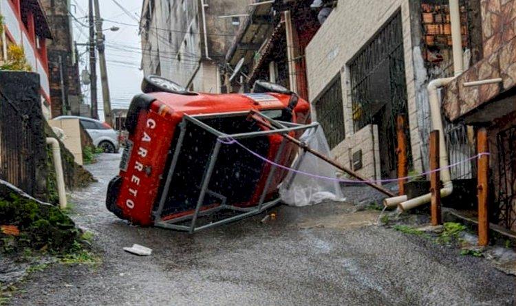 Carro capota em ladeira da rua São Rafael, em São Marcos.