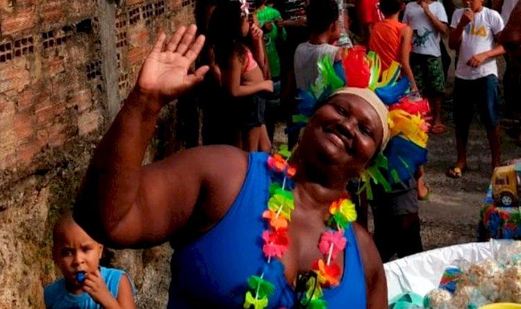Conheça Célia Regina, moradora que há 10 anos entrega lanches, brindes e doces para crianças no dia 12 de Outubro.