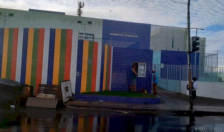 Funcionários da Escola Municipal Roberto Correia foram surpreendidos ao chegar ontem (03) na unidade escolar.