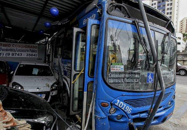 'Está estável' motorista que infartou dirigindo e bateu ônibus em poste.